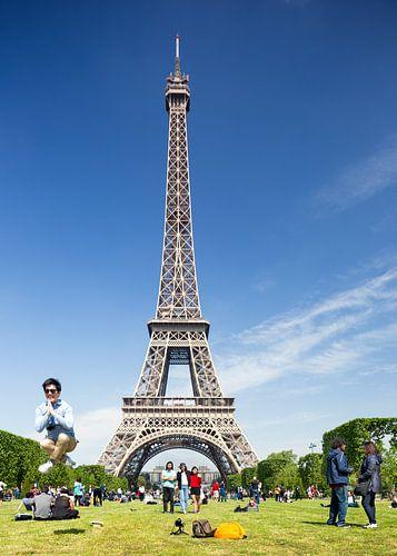 Springende man bij Eiffeltoren in Parijs