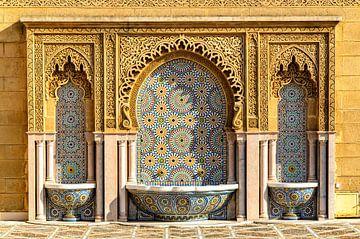 Brunnen mit Mosaik an Fassade in Rabat Marokko von Dieter Walther