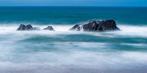 Zee met rotsen in Oregon