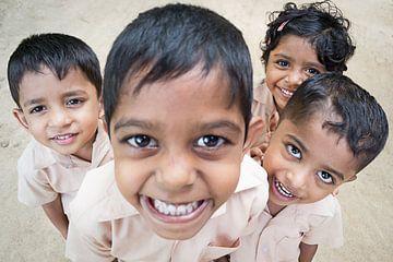 India, Kleine jongens lachen van Natasja Tollenaar