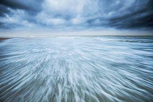Noordzee kust Texel tijdens storm van Beschermingswerk voor aan uw muur
