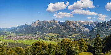 Bergpanorama vanuit het zuidwesten op Oberstdorf, Oberallgäu van Walter G. Allgöwer