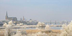 Vue sur Kampen et fleuve IJssel en hiver en Hollande