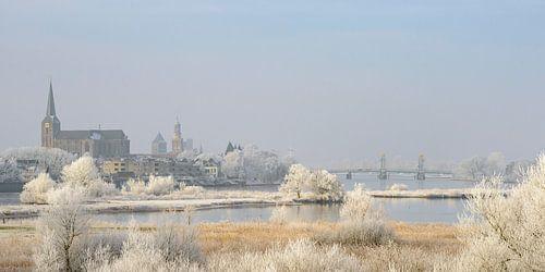 Ansicht über Kampen und Fluss IJssel im Winter in Holland
