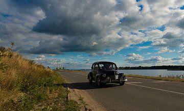 Klassieke Auto op de Dijk van Brian Morgan