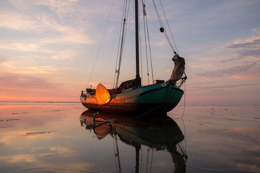 Droogvallen op de waddenzee bij zonsondergang