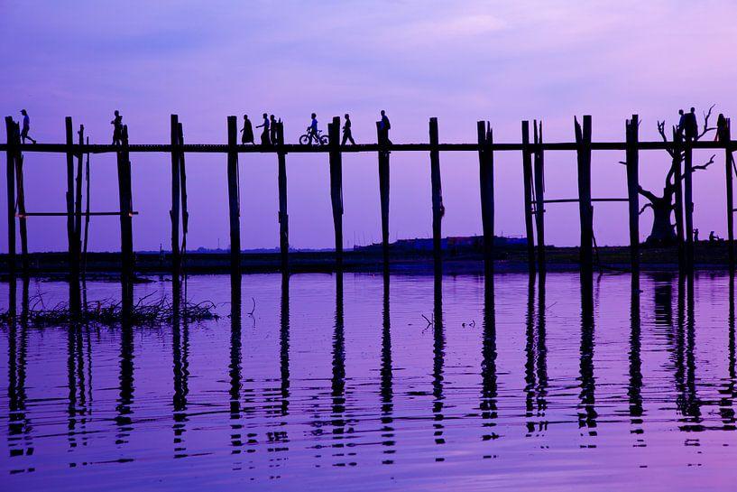 Zonsondergang U-Bein brug, Mandalay Myanmar van Wijnand Plekker