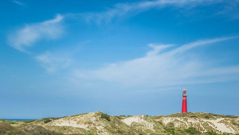 Red lightouse of Schiermonnikoog in the dunes sur Martzen Fotografie