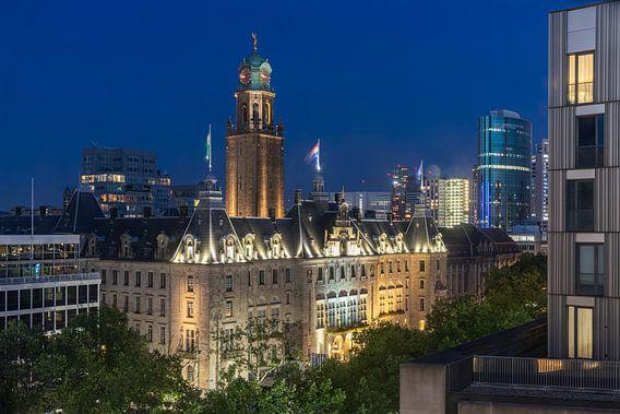 Het schitterende stadhuis op de Coolsingel in Rotterdam in de avond