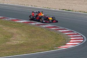 Max verstappen in de Redbul formule 1 auto uit  2011 (RB7) van