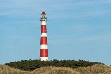De rood en wit gestreepte vuurtoren van het Waddeneiland Ameland in het noorden van Nederland van Tonko Oosterink