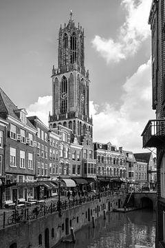 De Dom van Utrecht gezien vanaf de Stadhuisbrug in zwartwit van