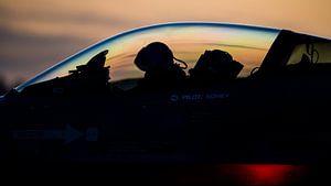 F-16 klaar voor een vlucht tijdens zonsonderdag