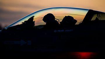 F-16 klaar voor een vlucht tijdens zonsonderdag van