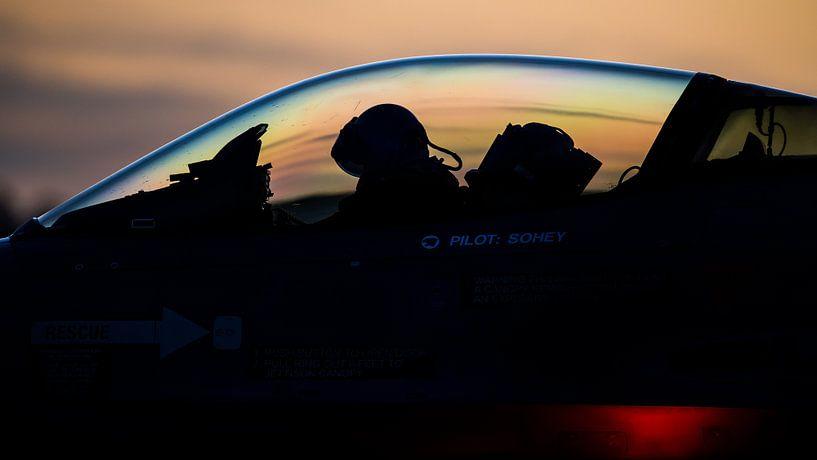 F-16 klaar voor een vlucht tijdens zonsonderdag van Dennis Janssen