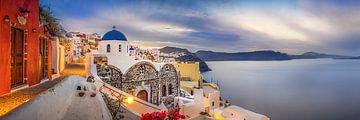 Dorp Oia / Thira op Santorini in Griekenland met een prachtige kerk en blauwe koepel van Fine Art Fotografie