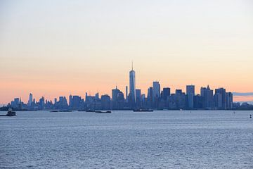Manhattan skyline in New York gezien vanaf Staten Island bij zonsopkomst von Merijn van der Vliet