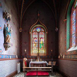 Verlassene Kapelle mit Bleiverglasung.