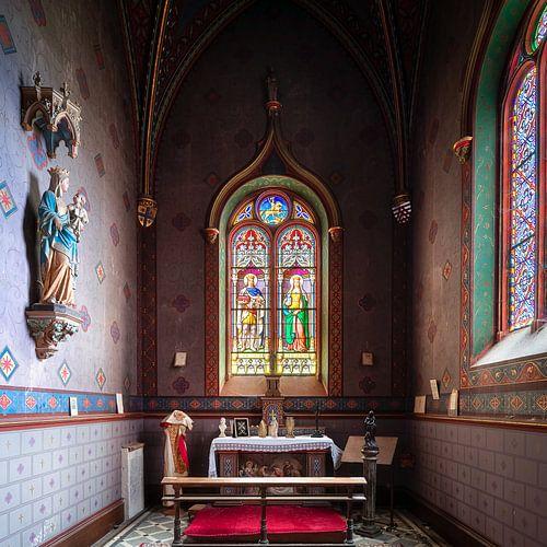Chapelle abandonnée avec vitraux.