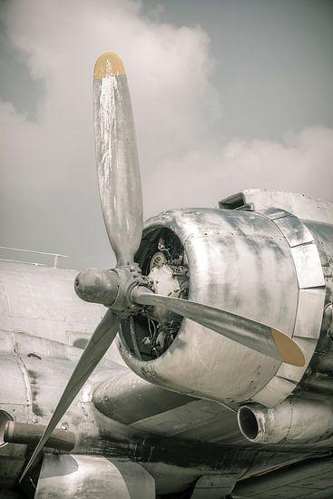 Oud vintage vliegtuig van dichtbij met propellormotor