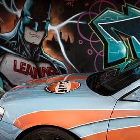 Graffiti Batman betrachtet getuntes Auto in Berenkuil Eindhoven von Ger Beekes