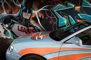 Graffiti Batman kijkt naar getunede auto in Berenkuil Eindhoven van Ger Beekes