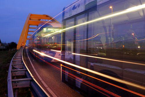 Hogeweidebrug met passerende bussen in Utrecht
