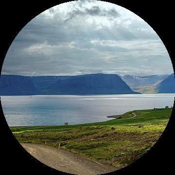 Het water van de waterval stroomt het Arendsfjord in, IJsland van Rietje Bulthuis