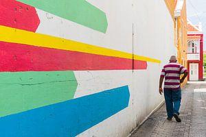Homme à la chemise rayée et à la murale colorée, Otrobanda, Curaçao