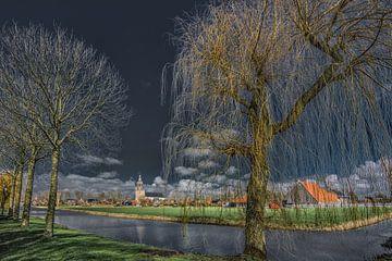 Zicht op Dronrijp in Friesland door jong ontluikende bomen in het voorjaar van Harrie Muis