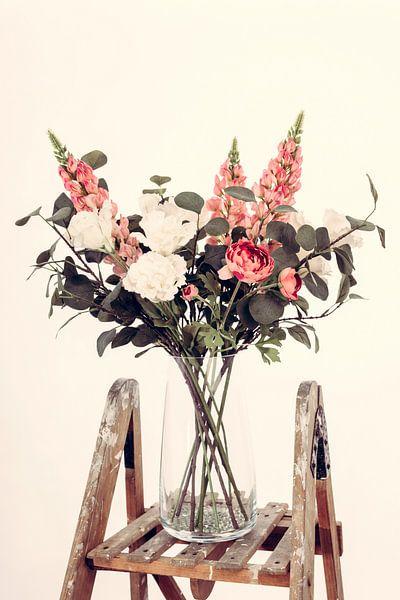 Vase avec de belles fleurs sur un escalier en bois II sur Miranda van Hulst