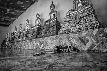 Een rustige en veilige plek in de Wat Pho tempel om onder het oog van  Budha te slapen van Wout Kok