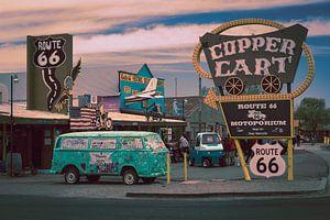 Route 66, altes Auto und Werbeschilder