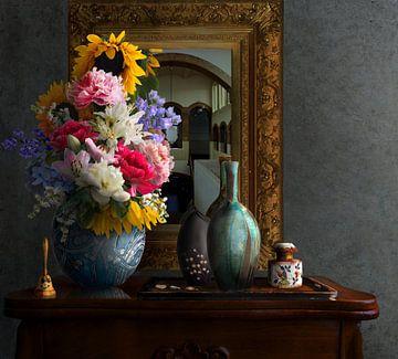 Stilleven met bloemen en spiegel van Marijke van Loon