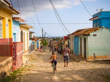 Bunte Häuser in den Straßen von Trinidad, Kuba von Teun Janssen