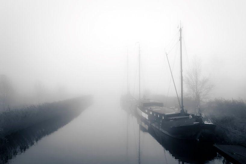 Woonboten in de mist van Jan van der Knaap
