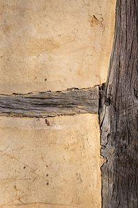 Lemen muur met houten balken