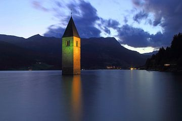 Kirchturm im Reschensee Südtirol van Patrick Lohmüller