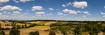 landschap met mooie wolken en uitzicht op kerk en een watertoren van Lieke van Grinsven van Aarle