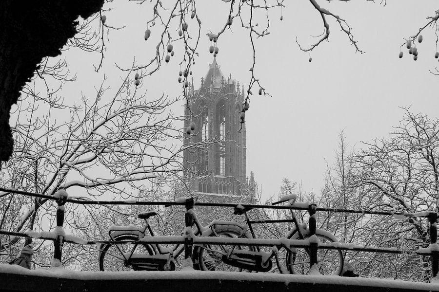 Domtoren in de winter met fietsen op voorgrond