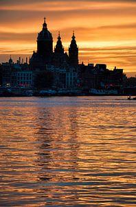 Bijzondere zonsondergang in Amsterdam bij de Sint Nicolaas Basiliek