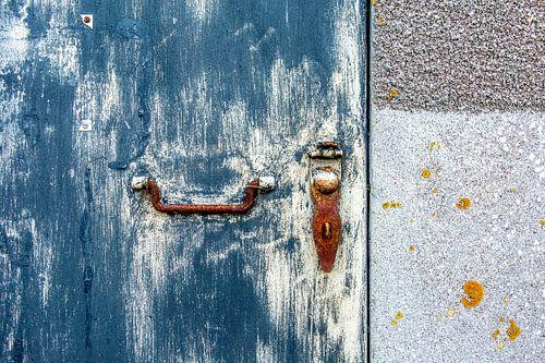 Abstract van blauwe deur met roestig slot van