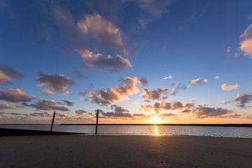 Zonsondergang aan het strand von John Monster