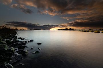 Sonnenuntergang im National Park De Biesbosch. von Rick Ermstrang