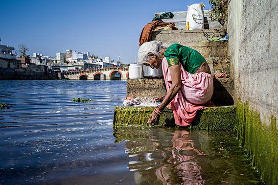 Wassende vrouw in Udaipur, India van  Daniel Maissan