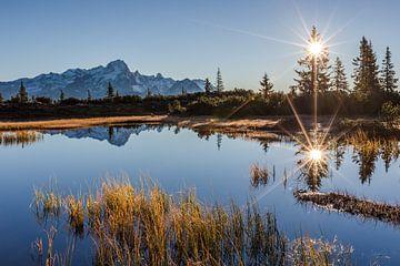Sonnenaufgang über ein kleiner Bergsee von Coen Weesjes