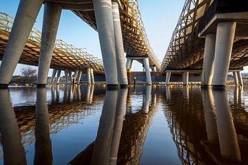 De Royal Welch Bridge spoorbruggen over de rivier de Dieze in s'-Hertogenbosch, Nederland van Marcel Bakker