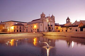 Maria kerk in Lagos Portugal bij zonsondergang sur Nisangha Masselink