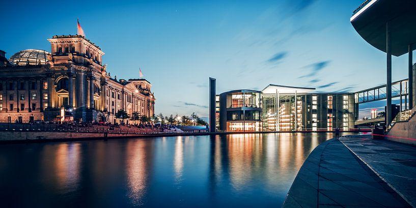 Berlin – Blue Hour Panorama / Government District van Alexander Voss