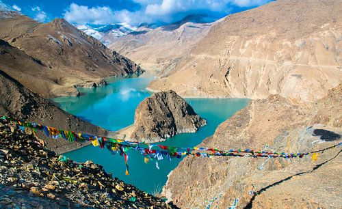 Het prachtige landschap in Tibet, bergen en een meer